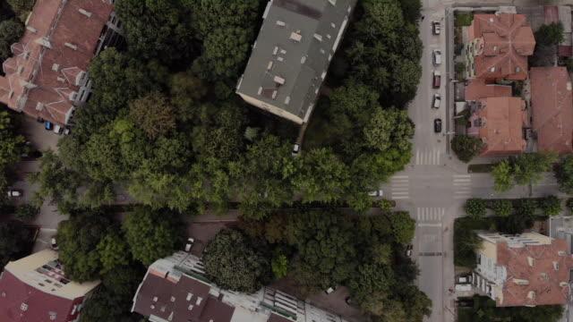 vídeos de stock e filmes b-roll de drone footage of a residential building and street on a summer day - sérvia