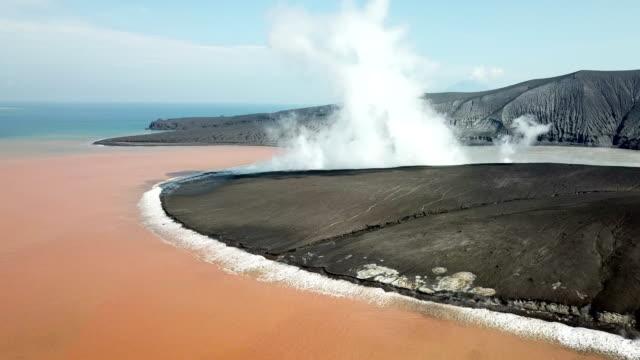 vídeos y material grabado en eventos de stock de drone footage of anak krakatau volcano in indonesia after a major collapse and eruption caused a huge tsunami on 22nd december 2018 - volcán activo