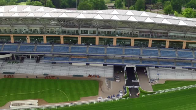 drone footage of ascot racecourse in ascot, berkshire. the royal ascot meeting will take place between 19-23 june. - イギリス アスコット競馬場点の映像素材/bロール