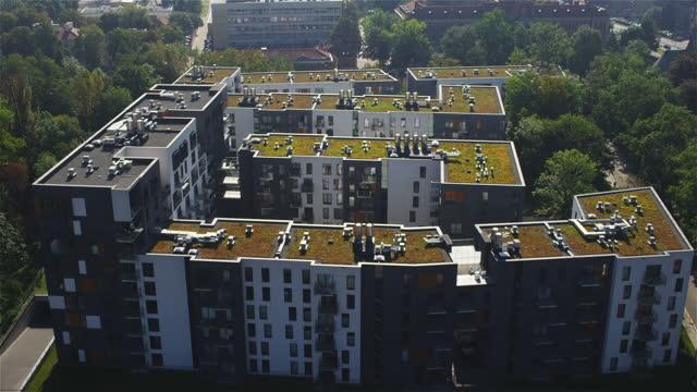 stockvideo's en b-roll-footage met dronebeelden van flatgebouwen in krakau, polen - asfalt