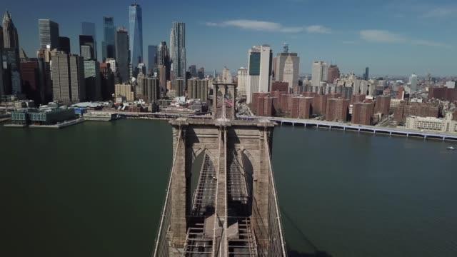 vídeos de stock, filmes e b-roll de drone footage of brooklyn bridge from different angles - manhattan