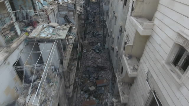 vídeos de stock e filmes b-roll de drone footage of destruction in douma syria - ataque aéreo