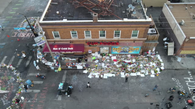 vídeos de stock e filmes b-roll de drone footage of george floyd memorials at 38th and chicago in minneapolis - memorial
