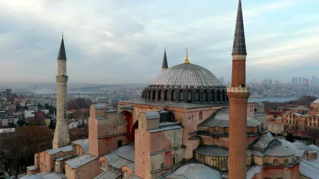 drohnenaufnahmen von hagia sophia und blauer moschee istanbul, türkei - christentum stock-videos und b-roll-filmmaterial