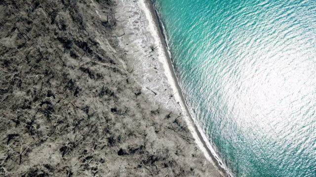 vídeos y material grabado en eventos de stock de drone footage of island completely killed off near anak krakatau volcano in indonesia after a major collapse and eruption caused a huge tsunami on... - maremoto