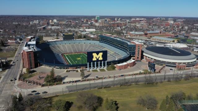 vídeos y material grabado en eventos de stock de drone footage of michigan stadium empty during restrictive coronavirus measures on march 18, 2020 in ann arbor, michigan. - ann arbor