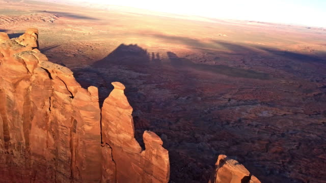 vídeos de stock e filmes b-roll de drone footage of monument valley area utah - cultura tribal da américa do norte