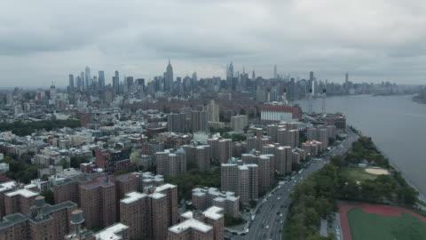 vidéos et rushes de drone footage of new york city on an overcast afternoon - délabré
