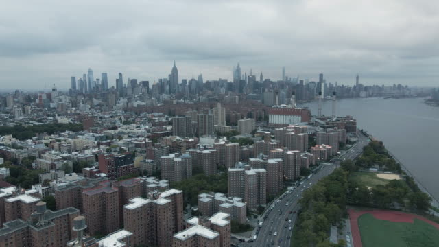 drone footage of new york city on an overcast afternoon - 荒廃した点の映像素材/bロール