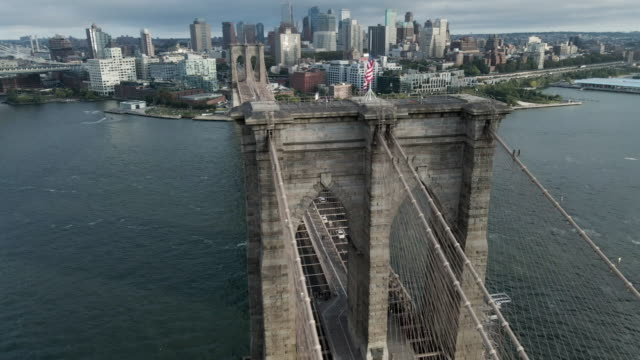 drone footage of new york city's brooklyn bridge on an overcast afternoon. - brooklyn bridge stock videos & royalty-free footage
