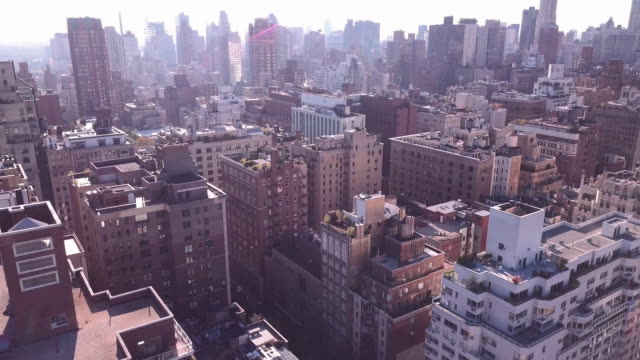 drone footage of new york city's upper east side - 4k - campo totale video stock e b–roll