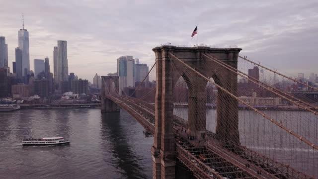 drone footage of new york's brooklyn bridge - 橋点の映像素材/bロール