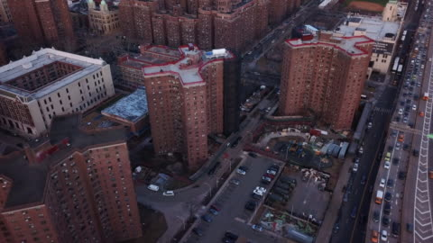 vidéos et rushes de drone footage of project housing new york city - hlm