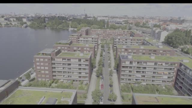 vídeos y material grabado en eventos de stock de drone footage of residential buildings by the river spree in berlin germany on friday july 28 2017 - esponja