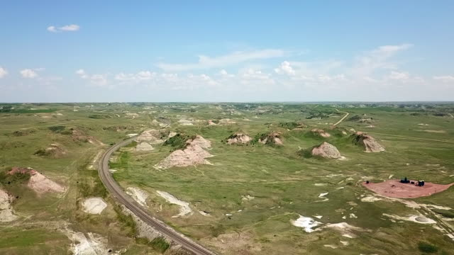 vidéos et rushes de drone footage of rocky and remote landscape of the badlands in north dakota - grandes plaines américaines