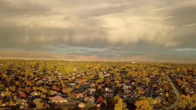 vídeos y material grabado en eventos de stock de abejón secuencias de puesta del sol en la noche tempestuosa con nubes moody sobre grand junction colorado - grand junction