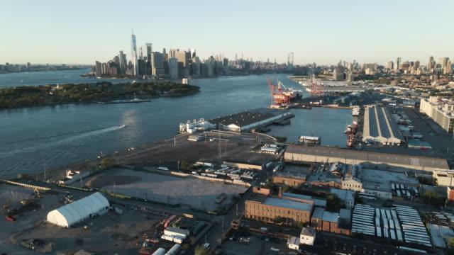 vídeos y material grabado en eventos de stock de drone footage of the new york city skyline - puerto de nueva york