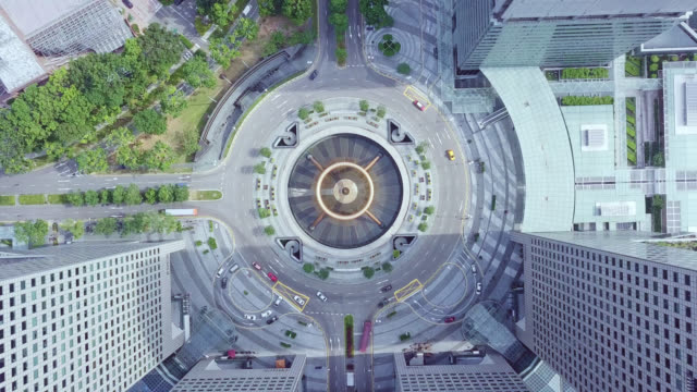 vídeos de stock e filmes b-roll de drone footage of top view of the fountain of wealth as the largest fountain in the world at singapore. it is located in one of singapore largest shopping malls. - singapura