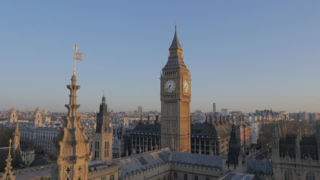 vidéos et rushes de drone footage of westminster palace - parlement britannique
