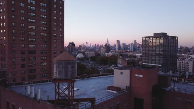 vídeos de stock, filmes e b-roll de drone footage of williamsburg brooklyn at sunset - williamsburg new york