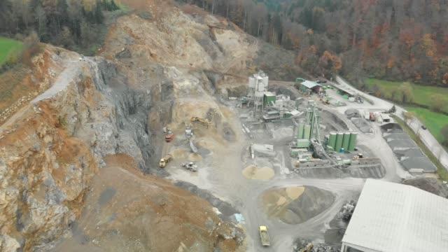 vídeos de stock e filmes b-roll de drone footage - passing by a working quarry - veículo de construção
