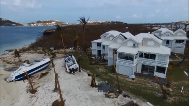 vídeos de stock e filmes b-roll de drone footage shows severe damage in the french town marigot on the devastated caribbean island of saint martin after hurricane irma - territórios ultramarinos franceses