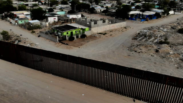 drone footage shows the u.s./mexico border fence on july 19, 2018 in sunland park, new mexico. a court-ordered july 26th deadline is approaching for... - 国境の壁点の映像素材/bロール