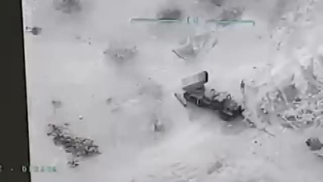 drone footage shows turkish airstrikes hit syrian regime targets in idlib. 1,709 syrian regime elements neutralized; 55 tanks, 3 helicopters, 18... - 空爆点の映像素材/bロール