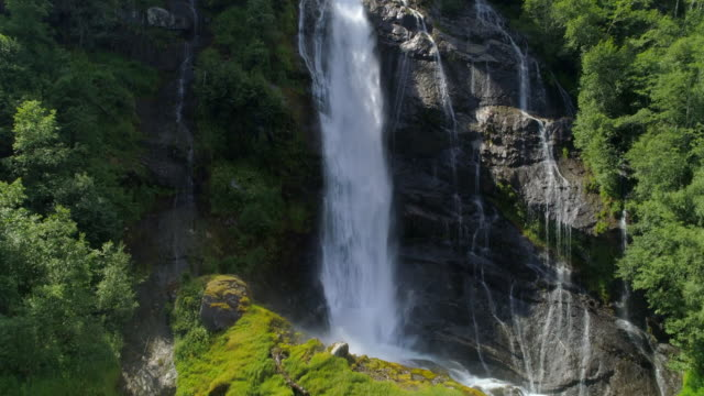 drone: high angle view of waterfall flowing in stream - geiranger fjord, norway - moos stock-videos und b-roll-filmmaterial