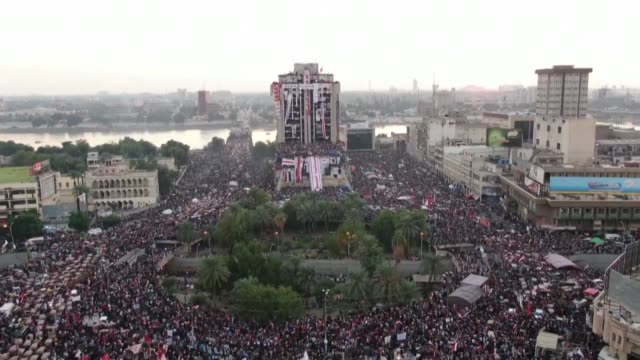 vídeos de stock e filmes b-roll de drone images show the protest in tahrir square in baghdad occupied without interruption by demonstrators calling for the fall of the iraqi regime... - iraque