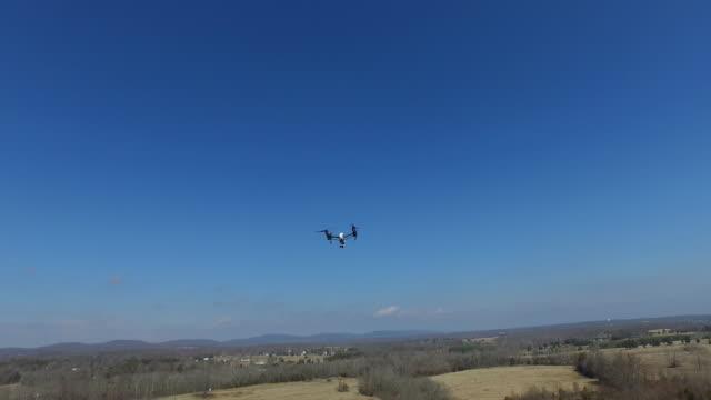 フィールド上の飛行中のドローン - クワッドコプター点の映像素材/bロール