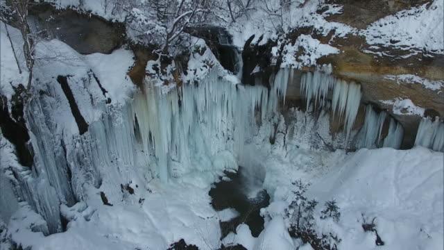 vídeos de stock, filmes e b-roll de drone: lake shikotsu in the coldest part of winter - pingente de gelo