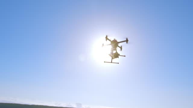 drohne-landung in der nähe von zwei operatoren auf einem berggipfel - fernbedienung stock-videos und b-roll-filmmaterial