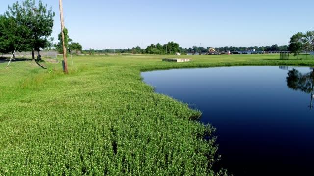 a drone low flies over blue water in new bern north carolina - ノースカロライナ州点の映像素材/bロール