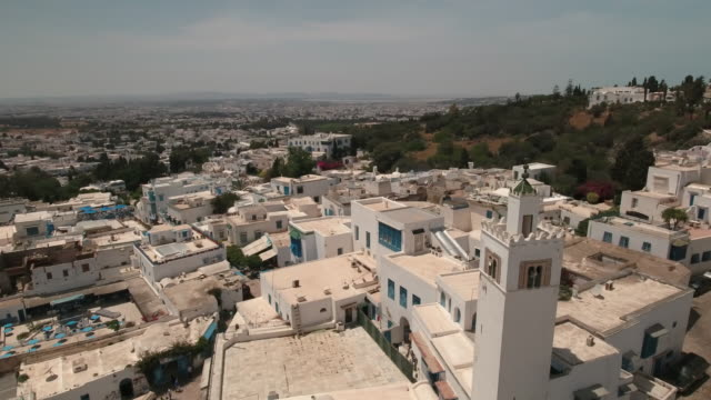drone main street, tunis, mosque - minareto video stock e b–roll