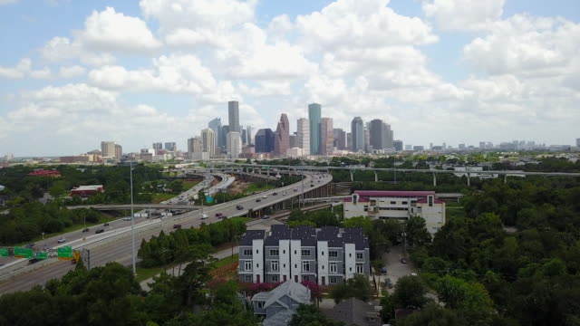 kiah drone pov northside houston skyline - bロール点の映像素材/bロール