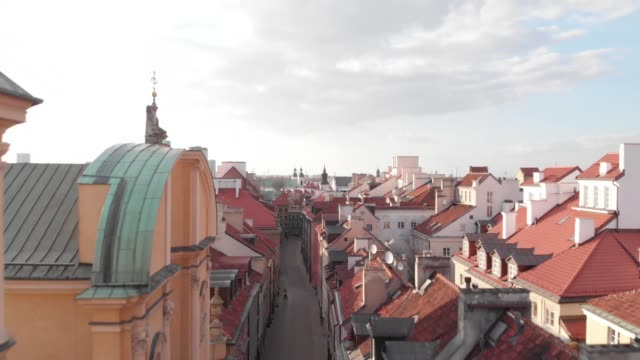vidéos et rushes de drone of a deserted old town in daytime in downtown warsaw during the corona shutdown /covid 19 lockdown in 2020 - antenne individuelle