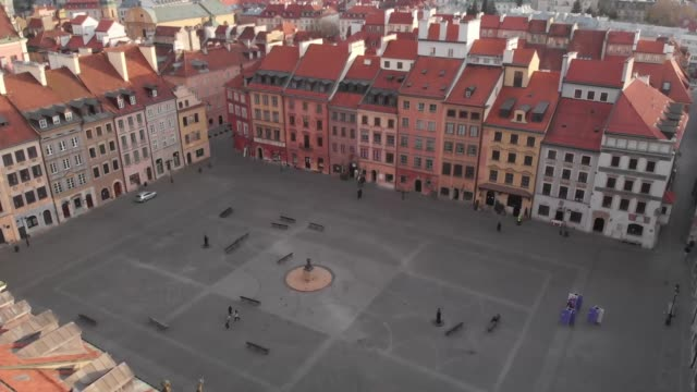 drone of a deserted warsaw towards a deserted old town square in daytime in downtown warsaw during the corona shutdown/covid 19 lockdown in 2020 - warsaw stock videos & royalty-free footage