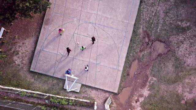 若者 Corareachi、チワワ、メキシコ銅グランドキャニオン地域のバスケット ボールのドローン