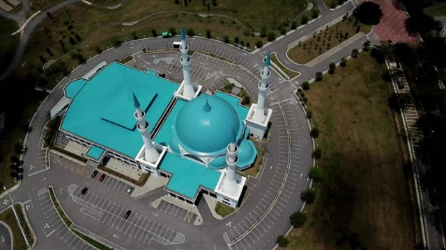 a drone orbits a mosque in johor bahru malaysia - johor stock videos & royalty-free footage