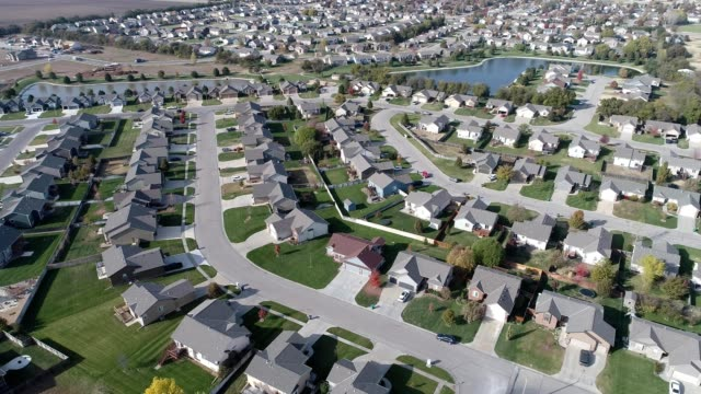 vídeos de stock e filmes b-roll de a drone orbits a residential suburban neighborhood in wichita kansas - kansas