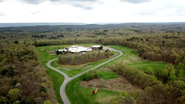 a drone orbits pocono elementary school in tannersville pennsylvania - poconobergen bildbanksvideor och videomaterial från bakom kulisserna
