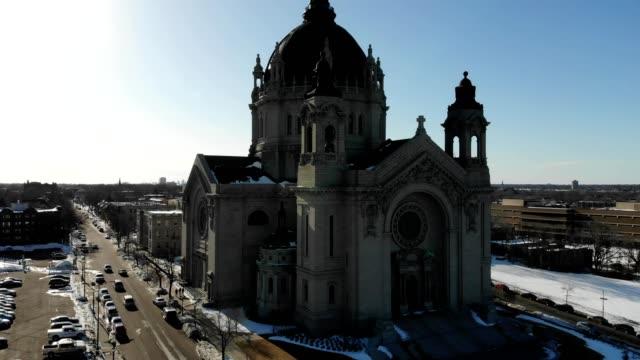 stockvideo's en b-roll-footage met a drone orbits the cathedral in saint paul minnesota - st. paul minnesota