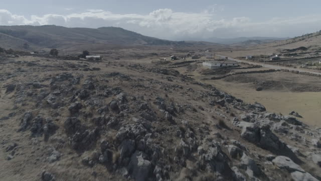 vídeos de stock, filmes e b-roll de drone over arid guatemala - clima árido