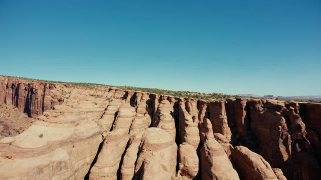 drone over canyon at moab, utah: badlands and rocky peaks - altopiano video stock e b–roll