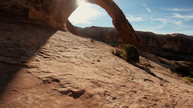 vídeos de stock e filmes b-roll de drone over corona and bow tie arch, moab, utah: majestic desert landscapes of usa - arco natural