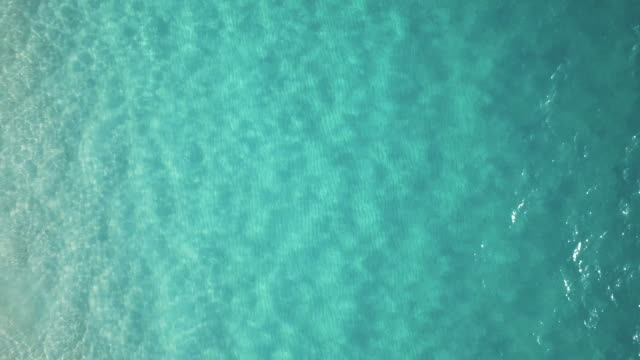 stockvideo's en b-roll-footage met drone over exuma - bahama's