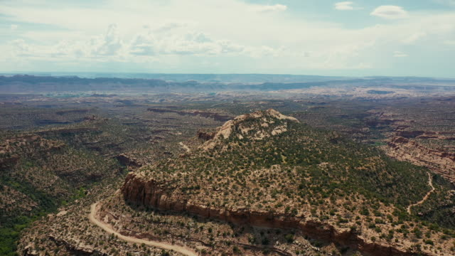 stockvideo's en b-roll-footage met drone over het colorado plateau, in de buurt van canyonlands, utah - moab utah