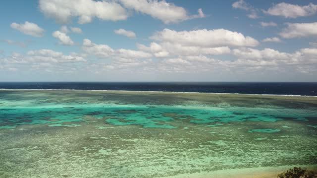 stockvideo's en b-roll-footage met drone overflight of tropical coral lagoon - zeegezicht