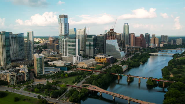 vídeos de stock e filmes b-roll de drone panning up from town lake to austin texas downtown skyline - town